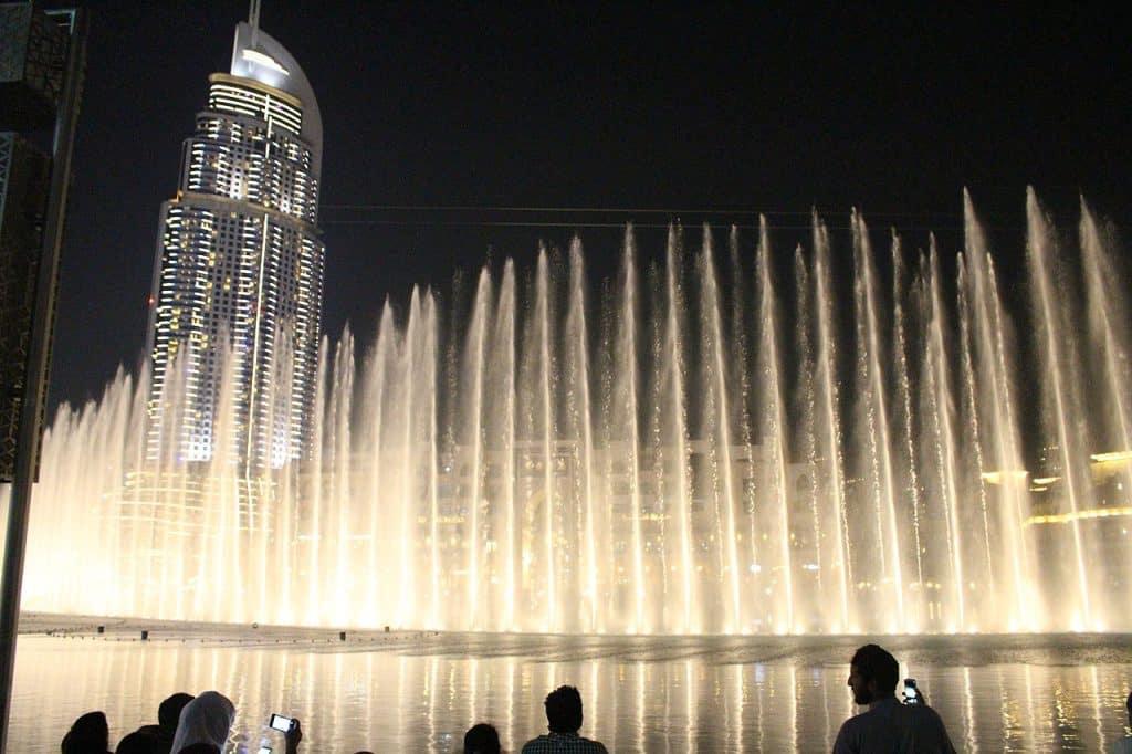 O show das fontes em Dubai, perto do Burj Khalifa e do Dubai Mall