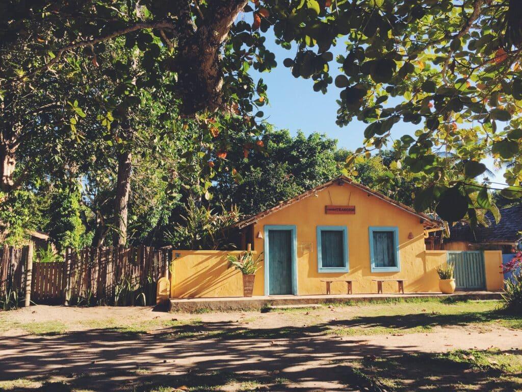 Casa amarela do centrinho de Trancoso, um dos destinos para lua de mel na Bahia