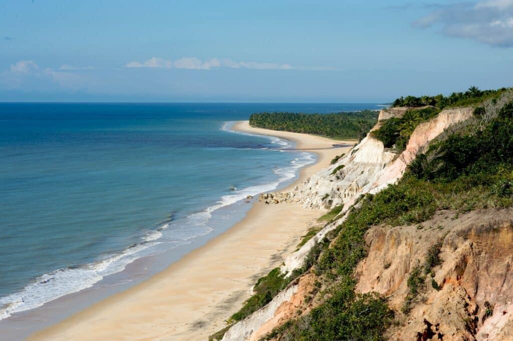 Praia deserta em Trancoso, ideal para lua de mel na Bahia