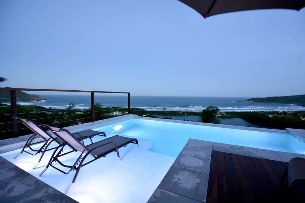 Mar visto da piscina do Villa Gardena Suites, uma das pousadas para casal em Santa Catarina
