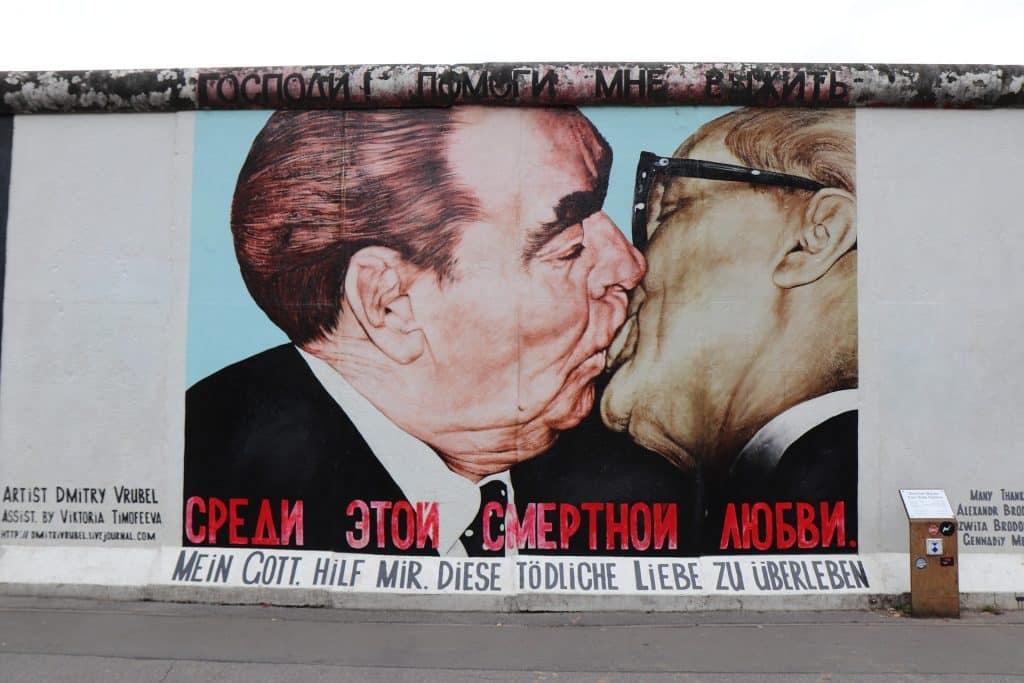 o beijo no muro de berlim em east side gallery