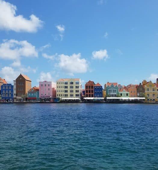 Casinhas coloridas em Willemstad, capital da ilha e dica do roteiro em Curaçao