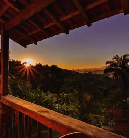 Pôr do sol em Paraty em um dos chalés românticos no Rio de Janeiro
