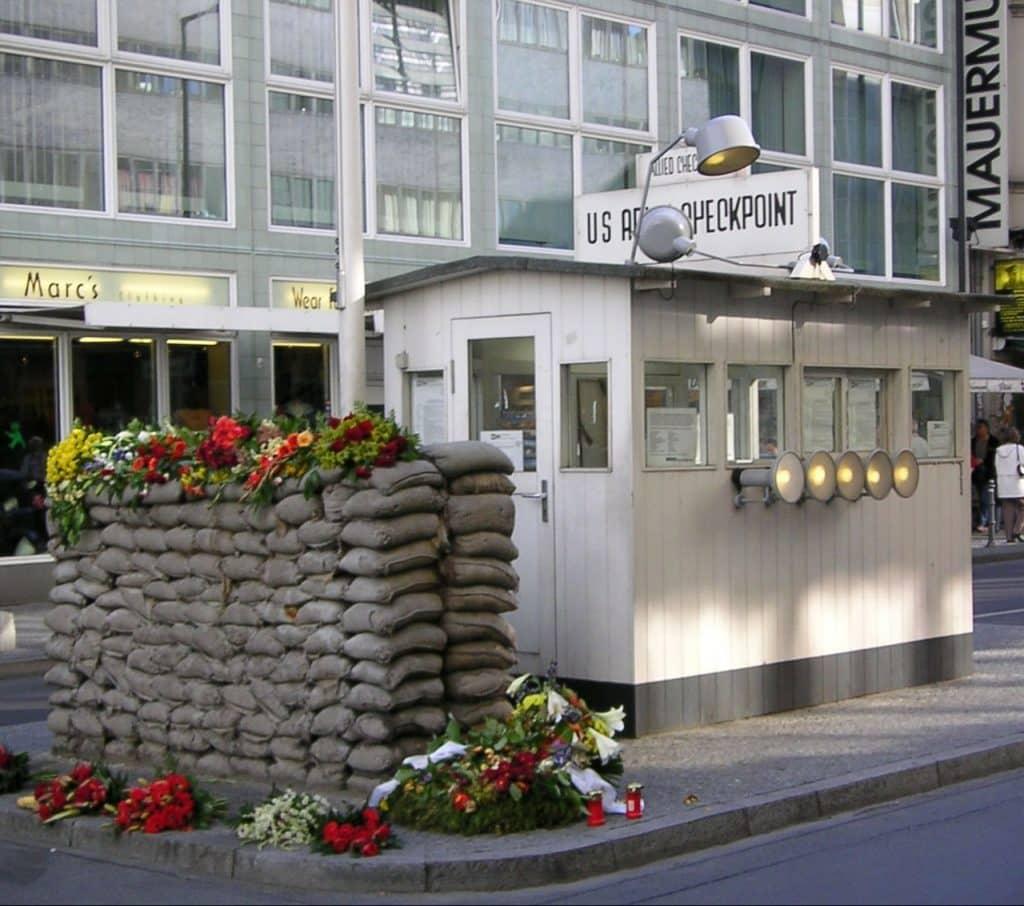 homenagem com flores em frente ao checkpoint charlie