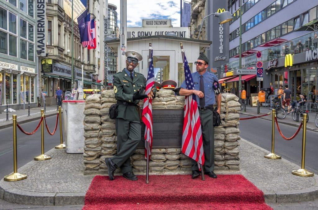 soldados norte americanos posando em frente ao checkpoint charlie