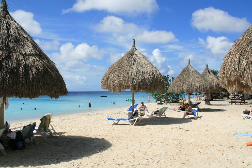 Mar azul em Curaçao, ilustrando post de quando ir para Curaçao