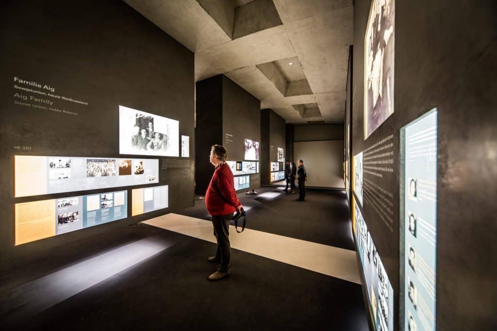 homem apreciando a exibição interna do museu do memorial do holocausto