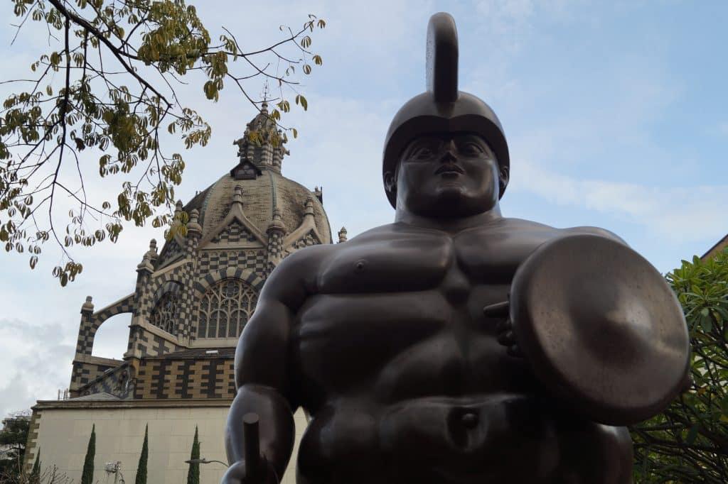 estátua da praça botero no roteiro em medellín