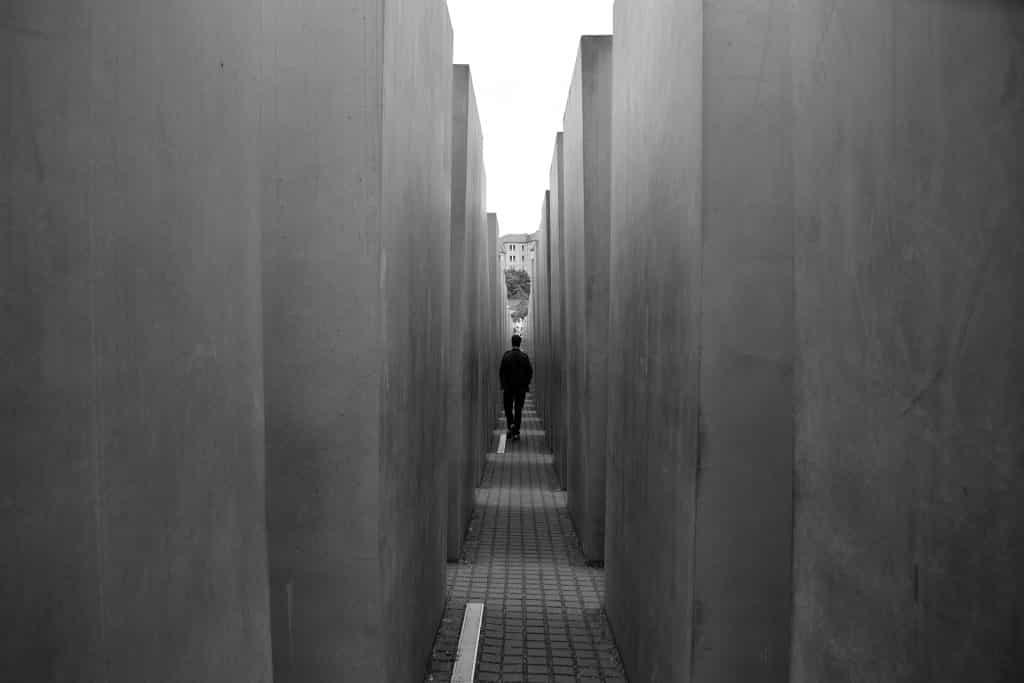 homem caminhando no memorial do holocausto em berlim