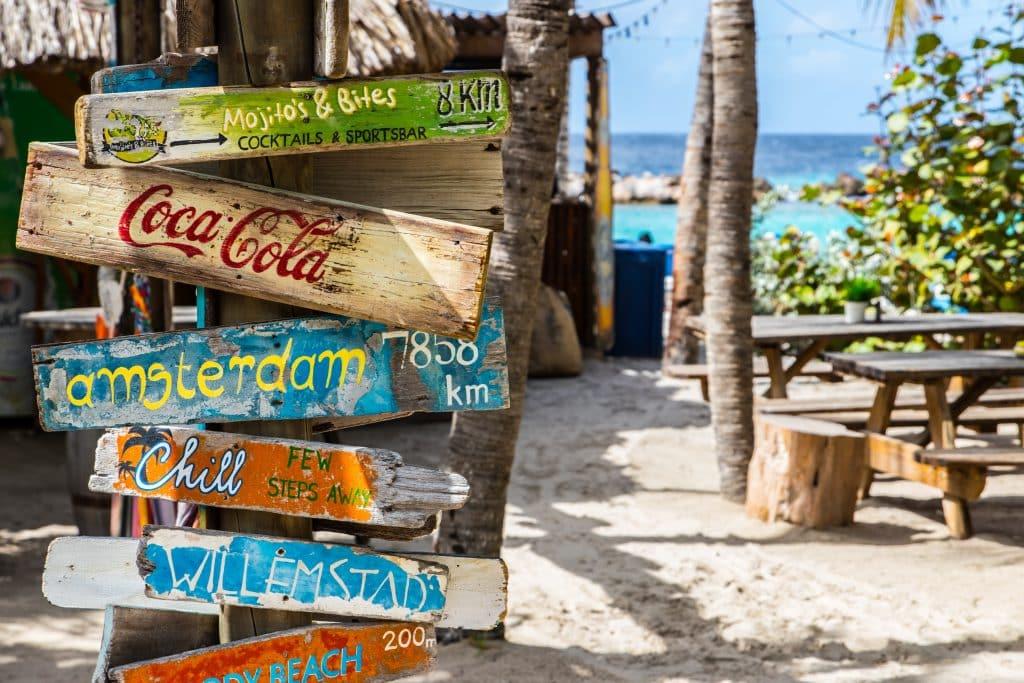 Placas de destinos na Mambo Beach Club, em Willemstad