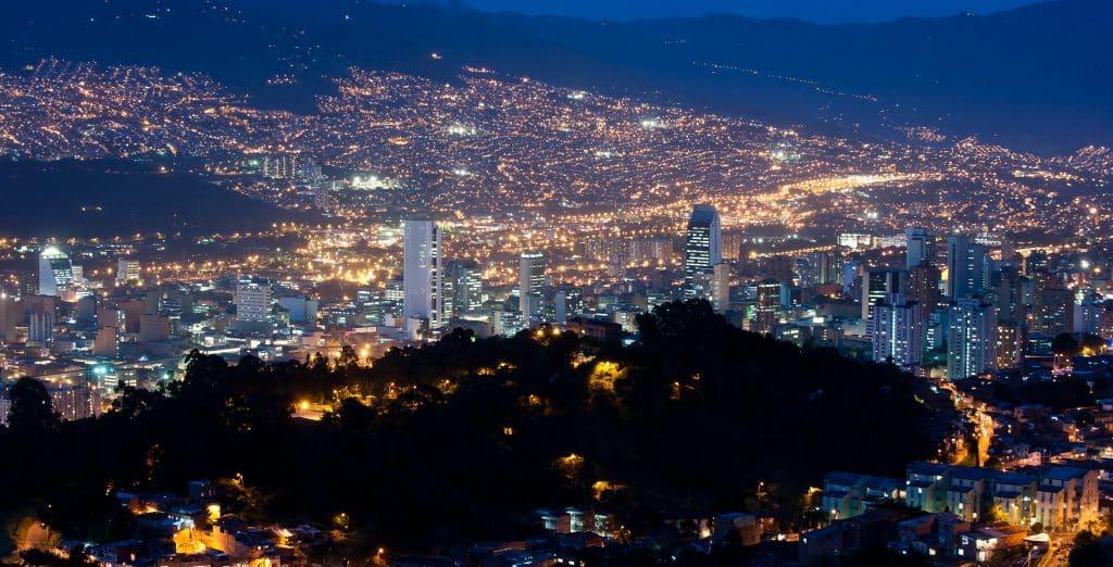 vista de cima da cidade de medellín a noite