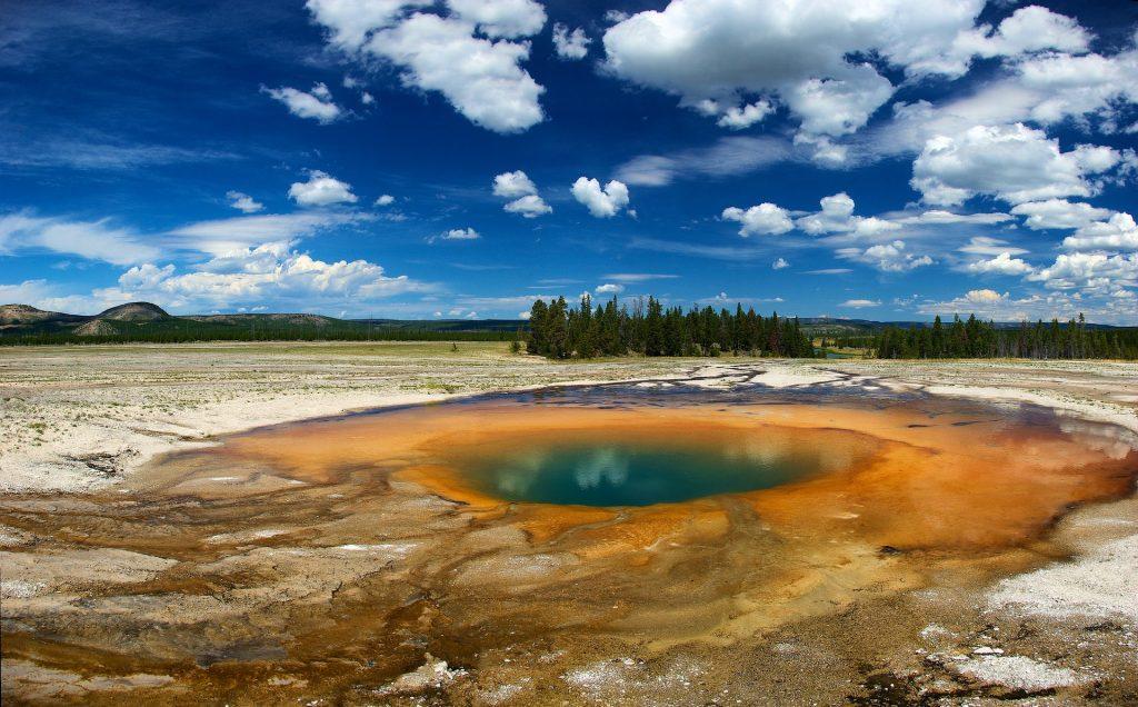 Midway Geyser Basin no Parque Yellowstone