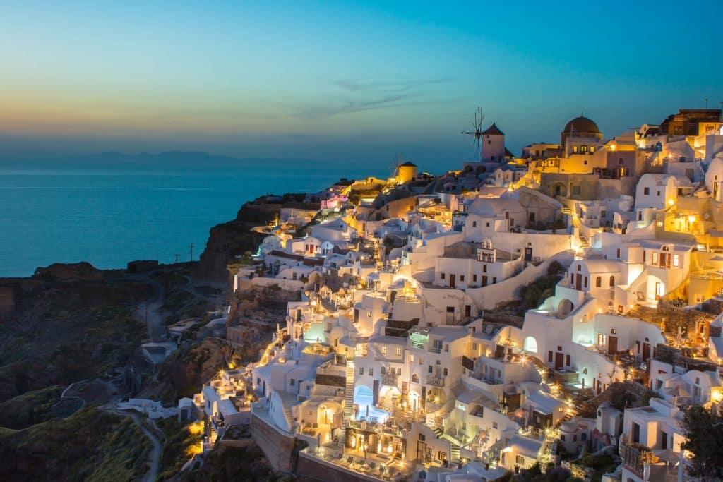 Costa de Oia, um dos locais para visitar durante o roteiro em Santorini