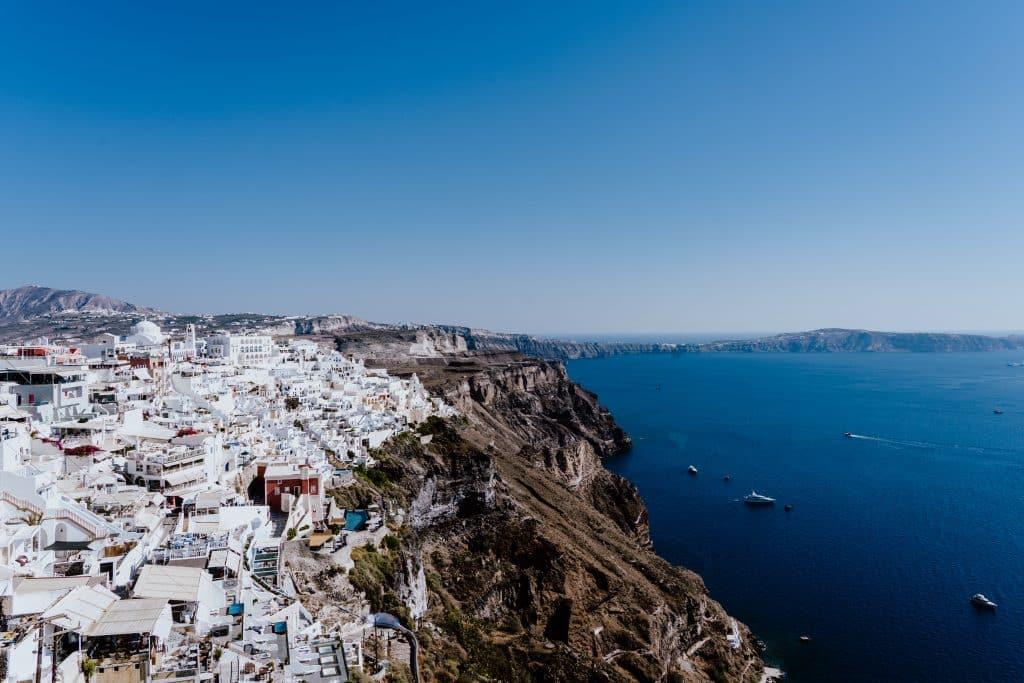 Vista de Thera, capital e um dos lugares imperdíveis do roteiro em Santorini