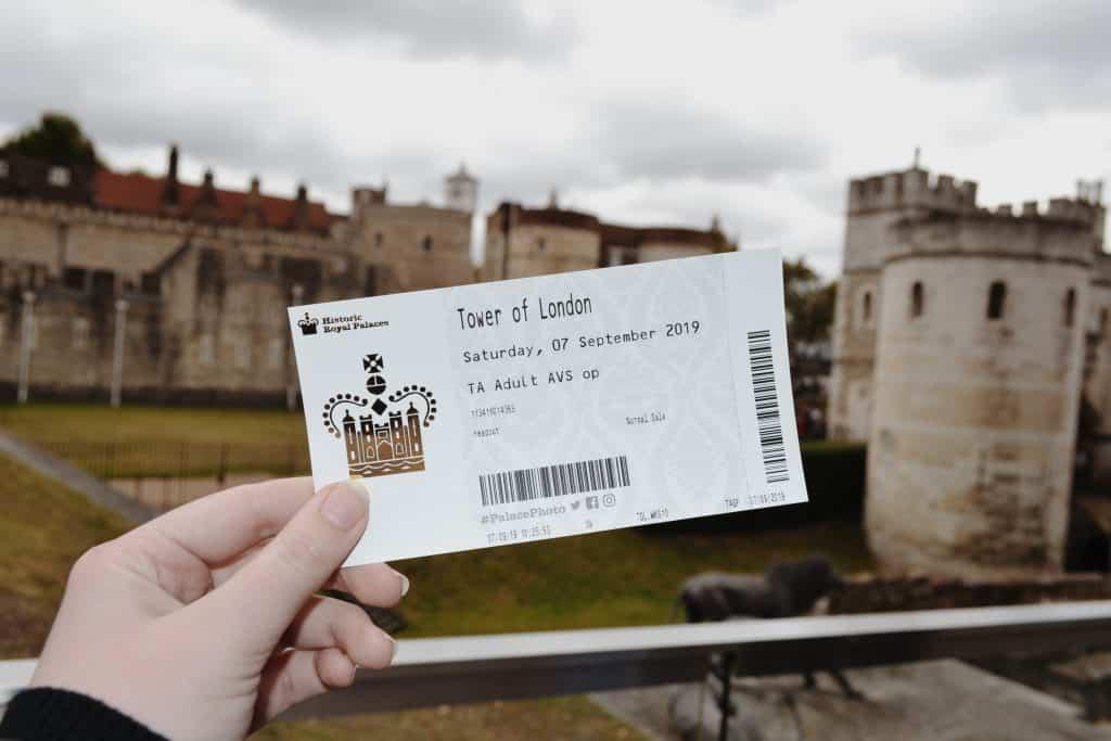 Mão segurando ingresso para a Torre de Londres