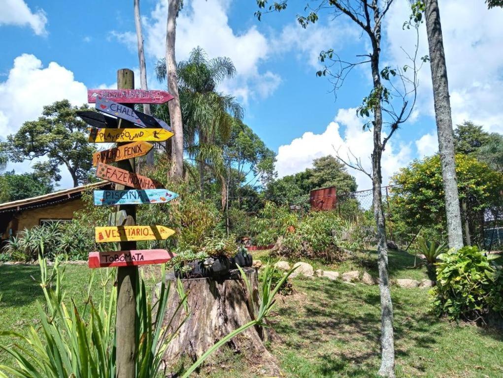 Plaquinhas das opções de lazer do Aldeia Parque Pousada Rural, uma das opções com chalés em São Roque