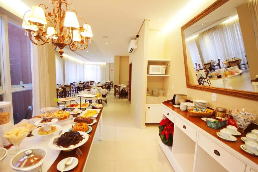 buffet de café da manhã no Lirio D'Água Hotel em olímpia