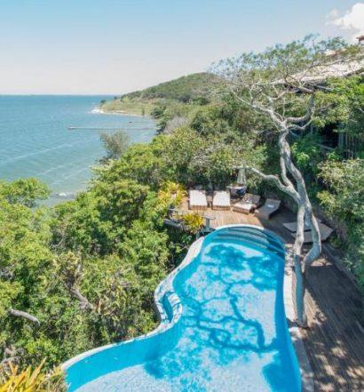 Piscina de borda infinita na Enseada das Garças, uma das pousadas de luxo no Rio de Janeiro