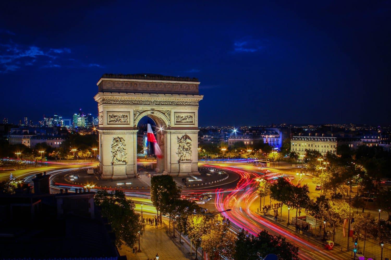 """Arco do Triunfo em Paris à noite, como capa do post """"hotéis perto do Arco do Triunfo"""""""