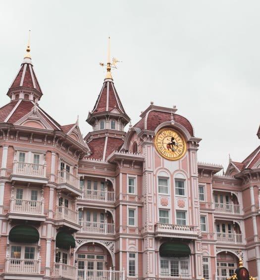 O Disneyland Hotel, hotel luxuoso logo na entrada da Disneyland Parc, um dos principais hotéis perto da Disney Paris