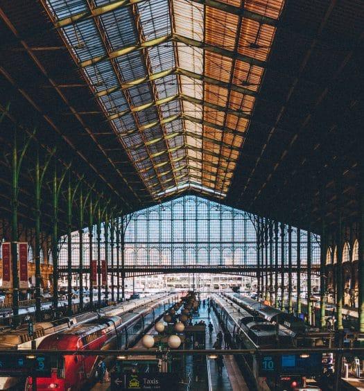 O interior da estação de trem mais movimentada de Paris, ilustrando post de hotéis perto da Gare du Nord