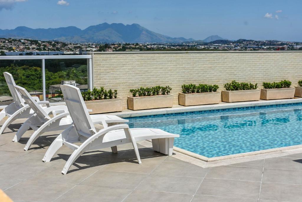 piscina do Mont Blanc Suites Duque de Caxias perto do aeroporto do galeao