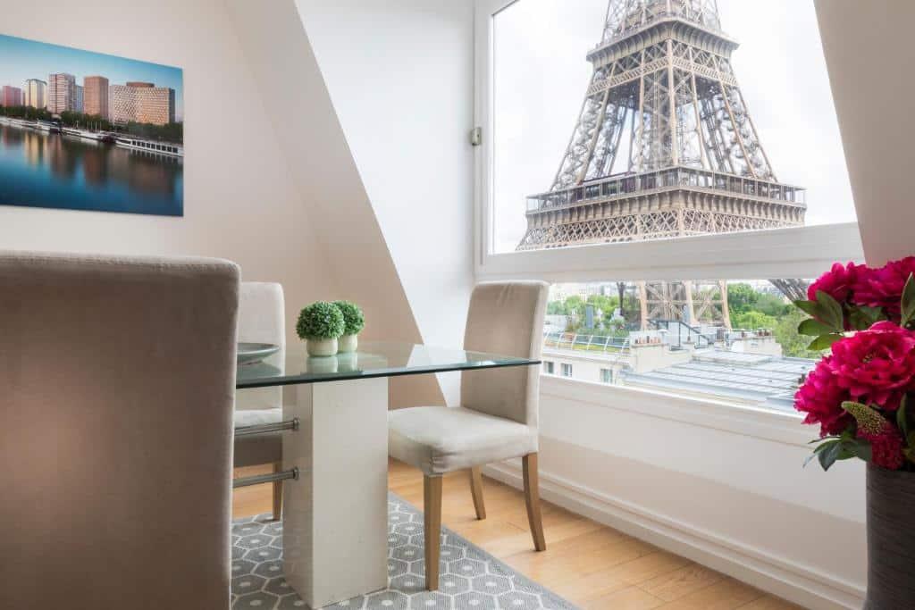 Um dos hotéis com vista para a Torre Eiffel