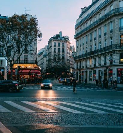 Avenida na capital da França ilustrando post de hotéis em Paris