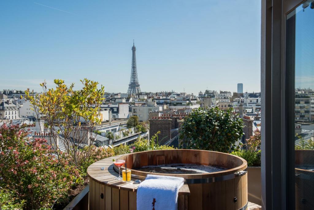 Vista para a Torre Eiffel de um dos hotéis de luxo em Paris