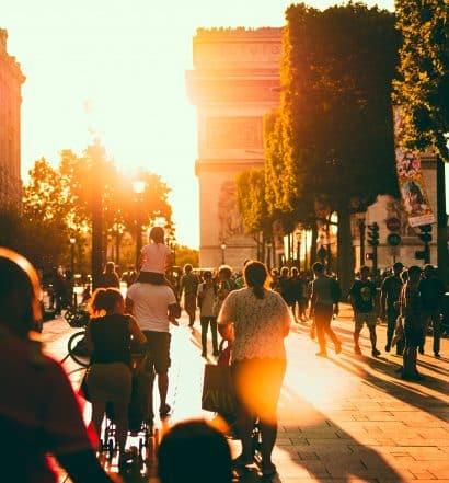 Arco do Triunfo com pessoas próximas, ilustrando post de hotéis para famílias em Paris