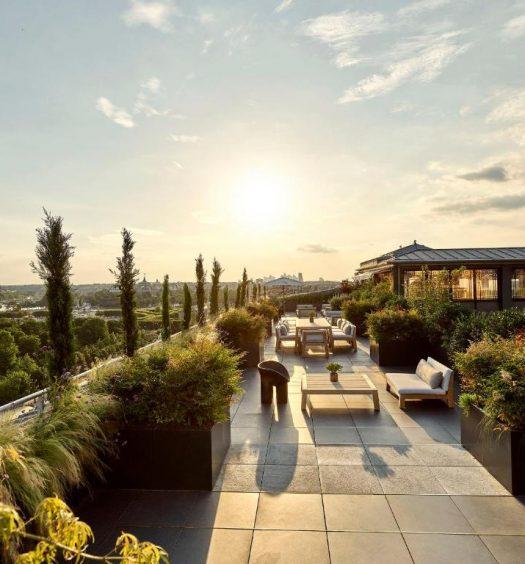Área com vista para a Torre Eiffel do terraço de um dos melhores hotéis de Paris, o Le Meurice – Dorchester Collection