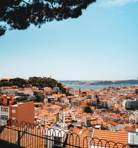 Vista do Rio Tejo de mirante, ilustrando post de hotéis baratos em Lisboa