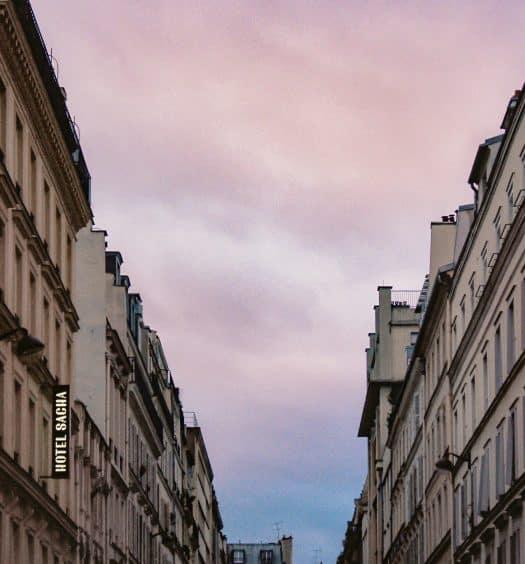 """Edifício com placa """"Amour"""" ilustrando post de hotéis românticos em Paris"""