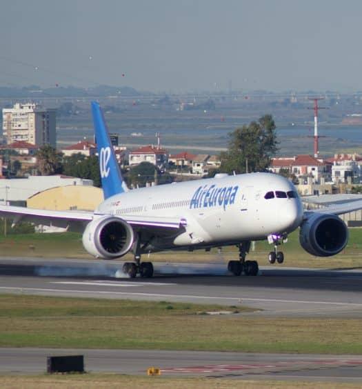 Avião da Air Europe pousando no Aeroporto Internacional de Lisboa