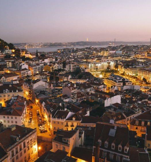 Vista de Lisboa no início da noite, ilustrando post de hotéis de luxo em Lisboa